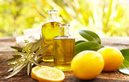 trị thâm môi bằng dầu oliu và nước cốt chanh