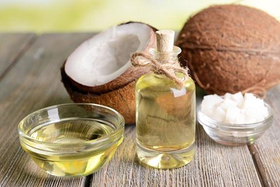 Chữa môi thâm bằng dầu dừa